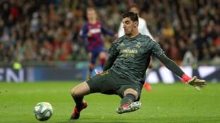 Thibaut Courtois detiene un lanzamiento del Barça.