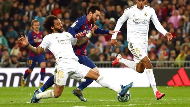 Barrida exacta de Marcelo ante Messi.