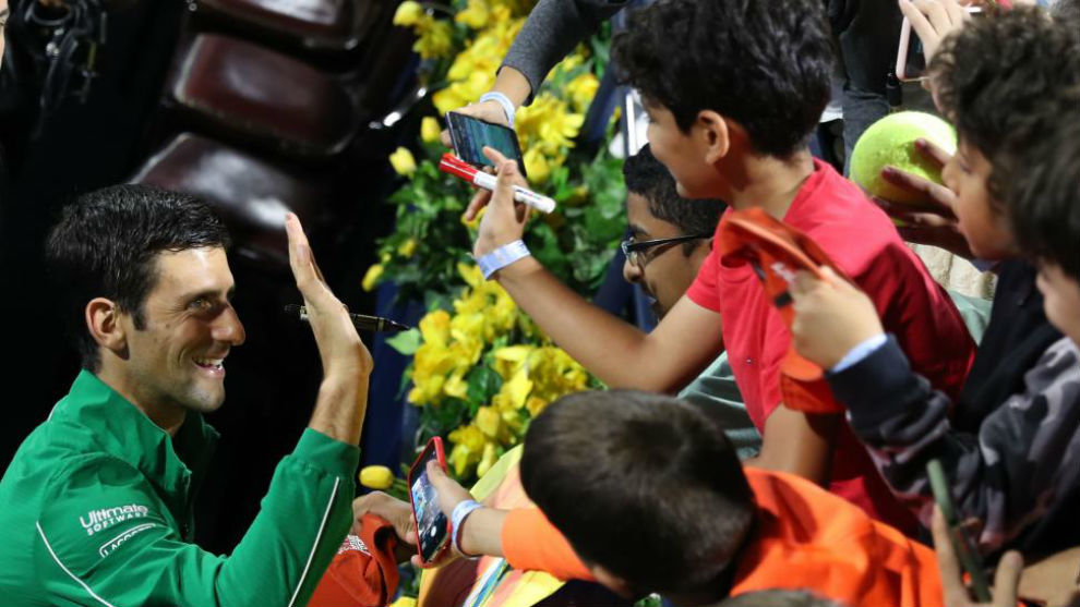 Djokovic choca las manos con unos aficionados