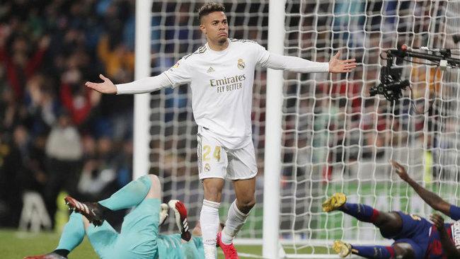 Mariano celebra su gol al Barcelona.