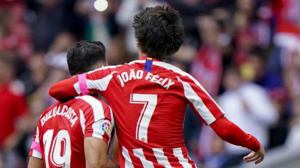 Costa y Joao Félix celebran un gol.
