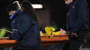 Deulofeu es retirado en camilla ante el Liverpool.
