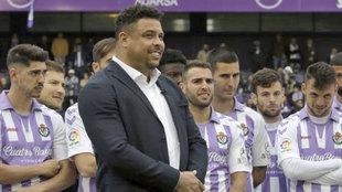 Ronaldo Nazario, con algunos de los jugadores de la plantilla, en un...