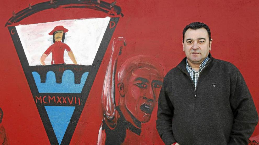 Carlos Pouso posa para MARCA en 2012 con un mural con el escudo del...