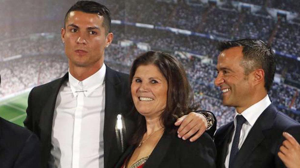 Dolores Aveiro, junto a su hijo, Cristiano Ronaldo y el agente de...