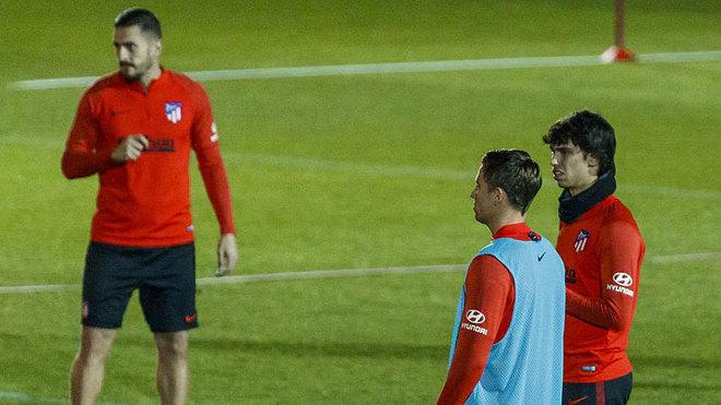 Marcos Llorente y Joao Félix hablan en un entrenamiento del...