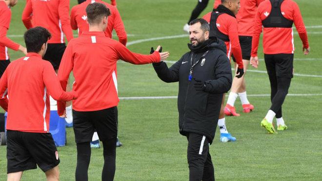 El entrenador, Diego Martínez y sus jugadores durante el...