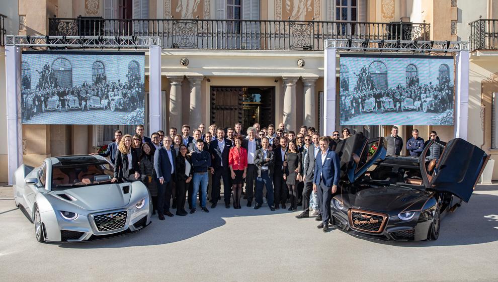 Los dos modelos y el equipo de Hispano Suiza, en el acto de presentación.