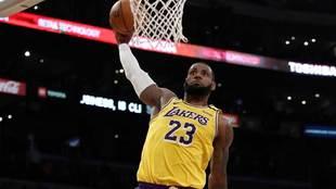 LeBron James se dispone a machacar el aro de los Sixers