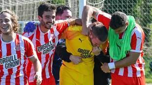 El portero Jonatan Morilla, abrazado por los compañeros del filial...