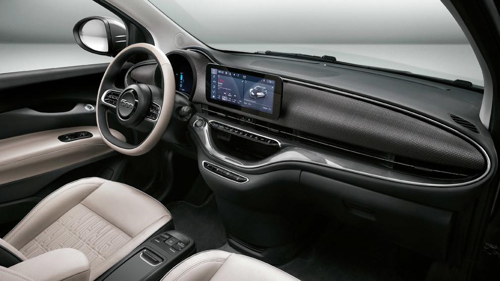 El interior del Fiat 500 eléctrico sigue siendo muy vistoso y, ahora, más tecnológico.