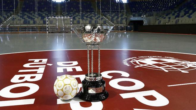 El trofeo y el balón de la Copa de España, sobre la pista del...