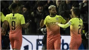 Agüero celebra con David Silva y Gabriel Jesus el gol del City.
