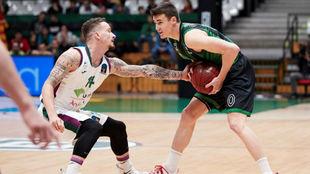 Adams intenta robar el balón a Dimitrijevic en un momento del partido...