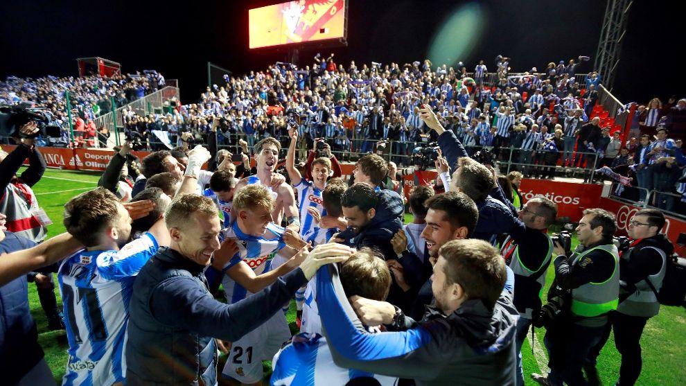 Los jugadores realistas celebran el pase con su afición en Anduva.