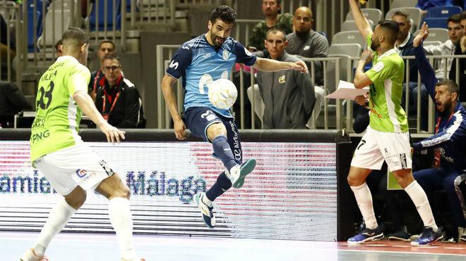 Humberto remata a puerta durante el partido ante Palma Futsal.