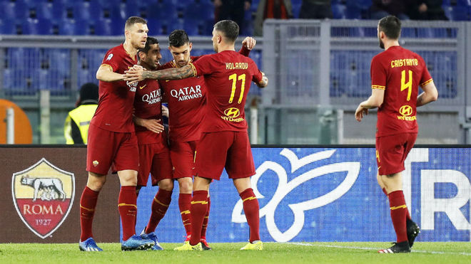 Los jugadores de la Roma celebran un gol en el Olímpico.