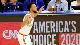 Stephen Curry celebra su primera canasta tras su vuelta