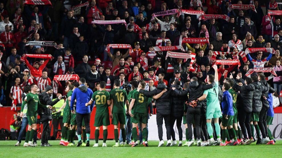 Los jugadores del Athletic celebran con los hinchas desplazados el...