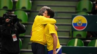 Emilio Gómez celebra su triunfo abrazado al capitán del equipo...
