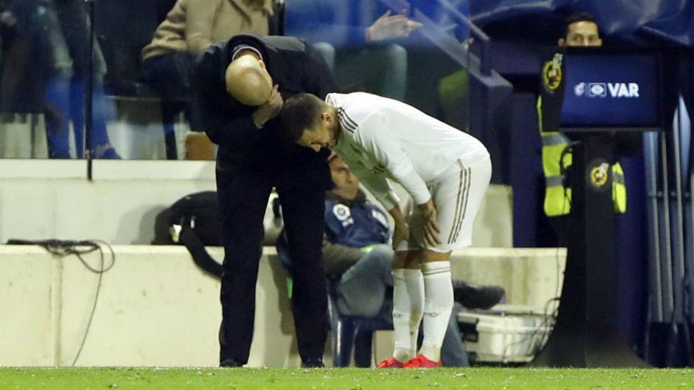 Zidane speaks to Hazard after his injury at Levante.