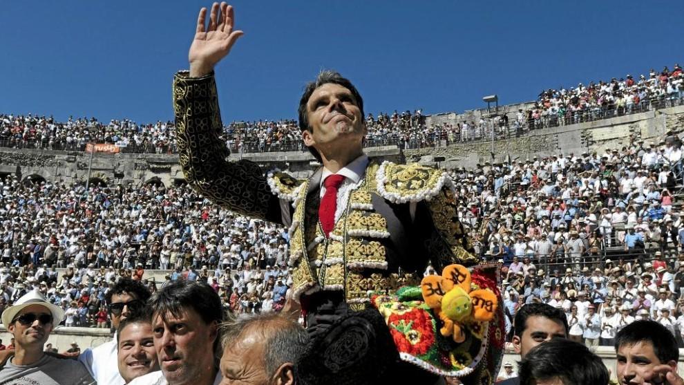 José Tomás sale a hombros en la plaza de Nimes.