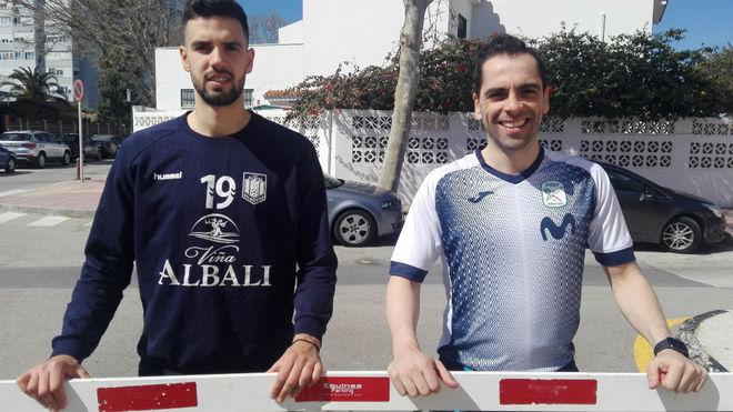 Edu y Jesús Herrero, junto a una barrera de un parking.