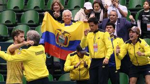 El equipo ecuatoriano de la Davis celebra sus dos victorias ante...