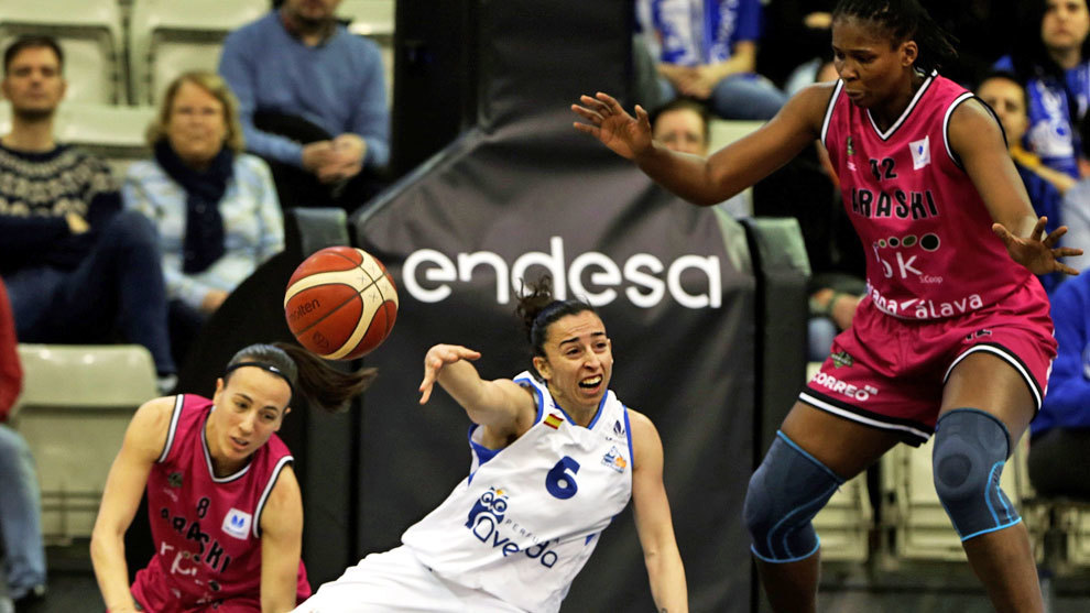 Silvia Dominguez lucha por el balón