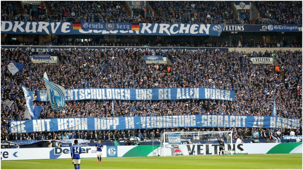 La protesta de los aficionados del Schalke contra Hopp.