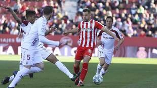 Álex Granell conduce el balón rodeado por jugadores del Albacete