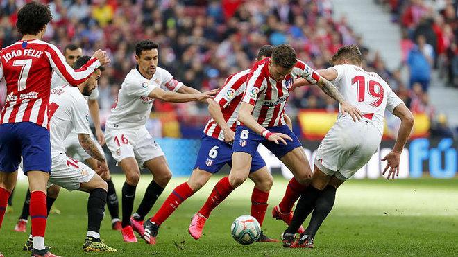 Saúl disputa un balón con De Jong.