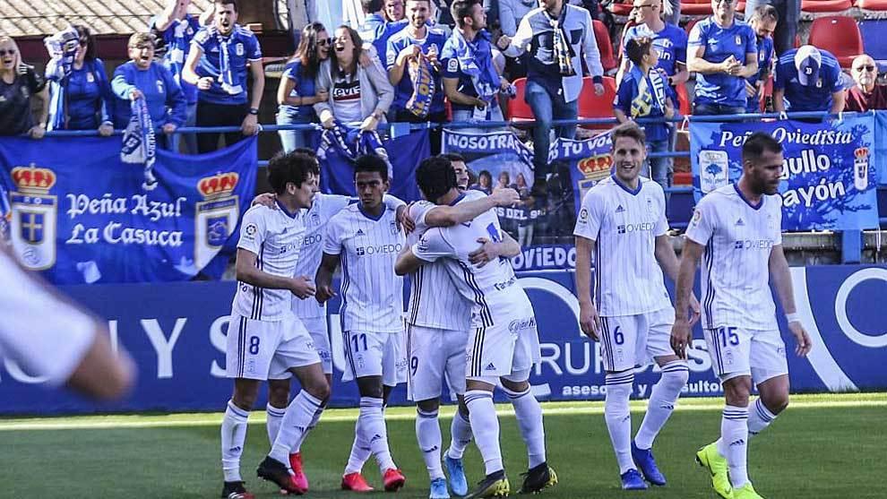 Los jugadores del Oviedo celebran con su afición uno de los dos goles