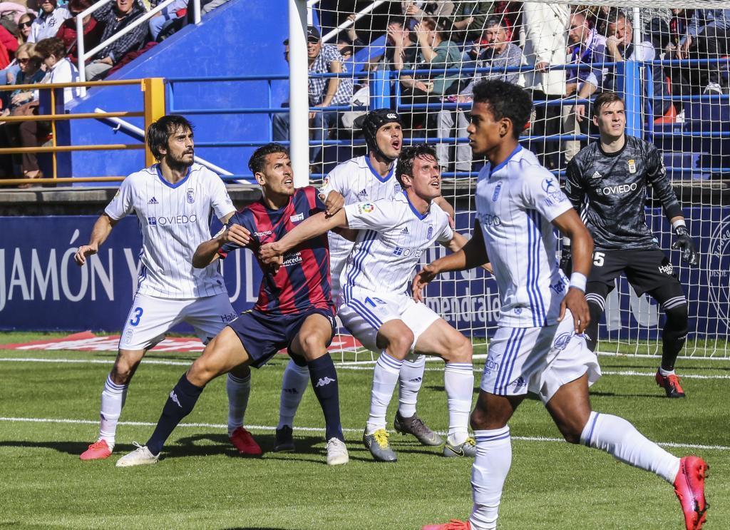 Álex Alegría, rodeado de jugadores del Oviedo en el área