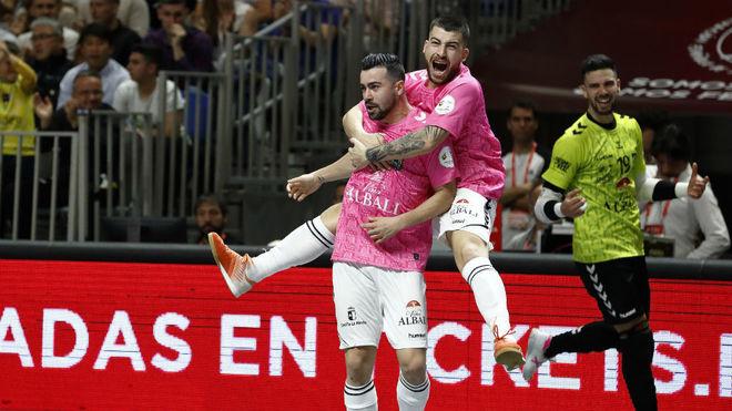 Chino y Catela celebran el primer gol del Viña Albali.