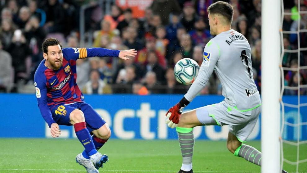 Remiro despeja una gran ocasión que tuvo Messi en la primera mitad.