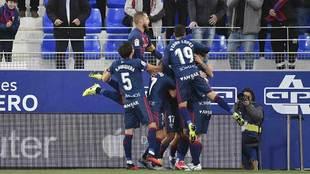 Los jugadores del Huesca celebran uno de sus dos goles ante el Fuenla