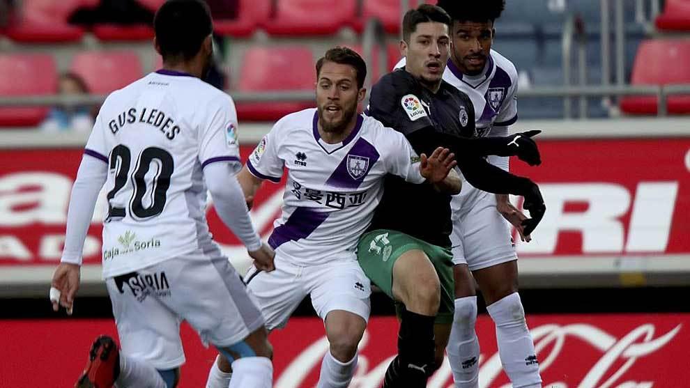Lombardo intenta avanzar entre varios jugadores del Numancia