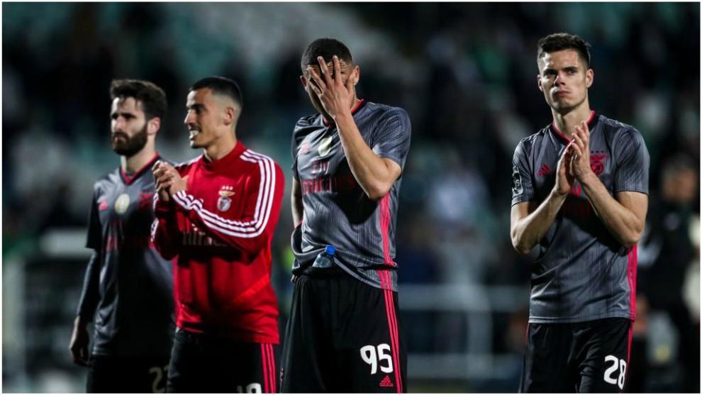 Los jugadores del Benfica se lamentan tras el empate.