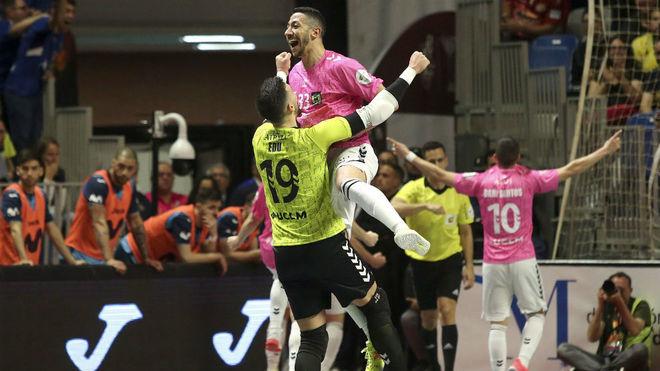Cainan y Edu celebran uno de los goles del Viña Albali.