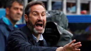 Vicente da instrucciones durante el partido en Eibar.
