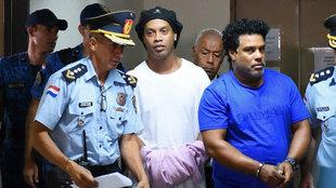 Ronaldinho y su hermano llegan esposados al juzgado de Asunción.