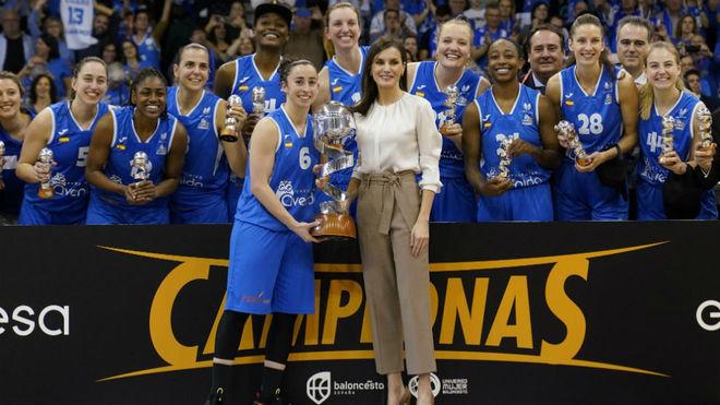 Su Majestad La Reina Letizia entregó el trofeo de la Copa de la Reina...