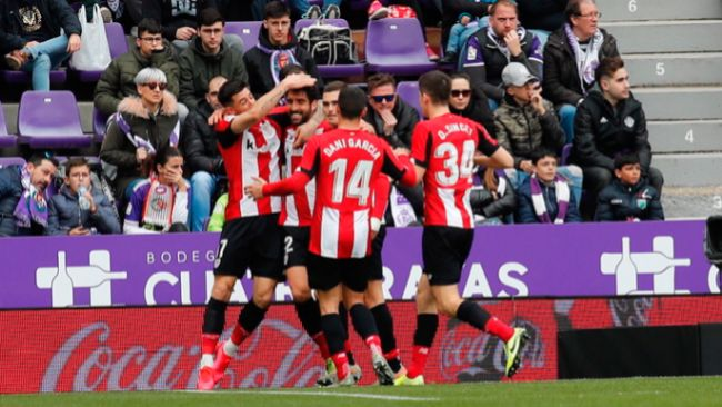 Los jugadores del Athletic celebran el gol de Raúl García. /