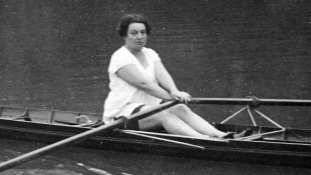 Alice Milliat practicando el remo, uno de sus deporte preferidos