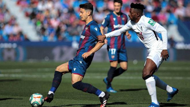 Radoja del Levante, disputa el balón con el centrocampista camerunés...