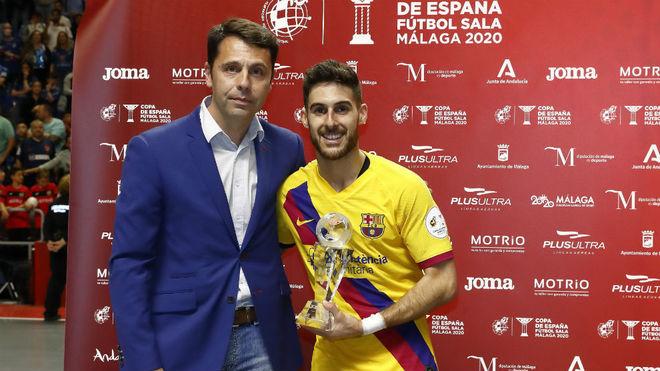 Adolfo recibe el trofeo como MVP de la Copa de España.