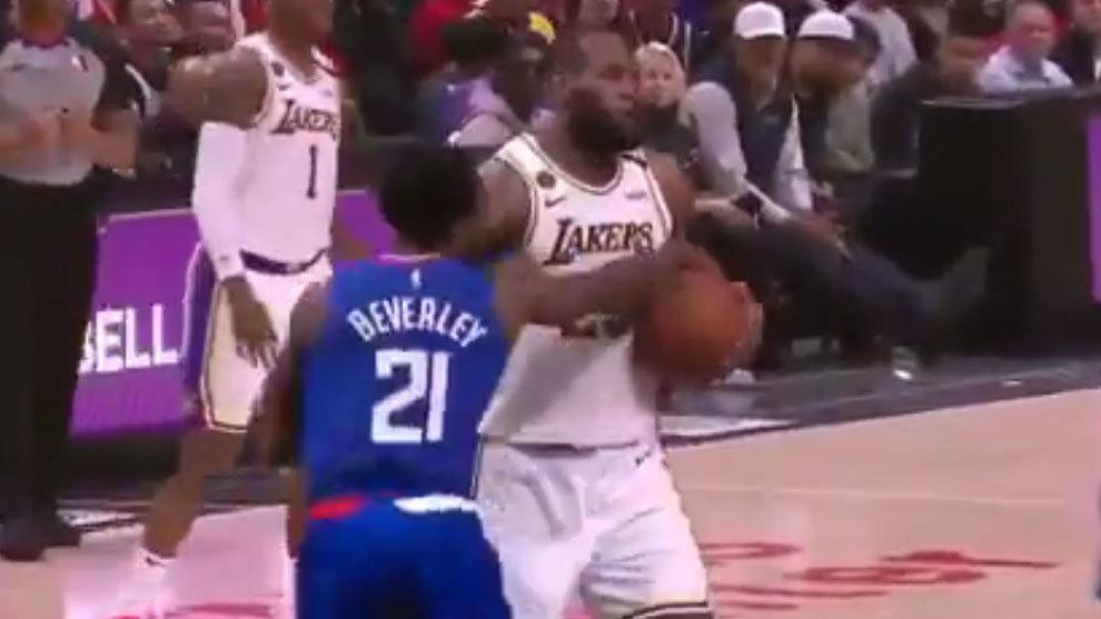 Beverley y LeBron durante su último enfrentamiento