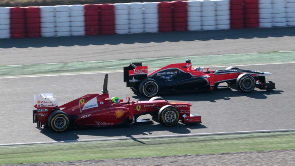Glock, con el Marussia, junto a Massa, con Ferrari, en un test en...