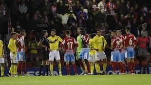 Los jugadores de Lugo y Cádiz esperan la revisión del VAR de la roja...